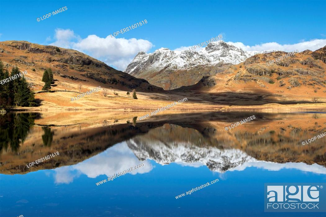 Imagen: Blea Tarn and snow covered Langdale Pikes.