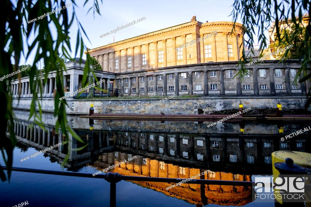 Imagen: 13 July 2020, Berlin: The Alte Nationalgalerie is reflected in the light of the rising sun in the Spree. At a press conference today.