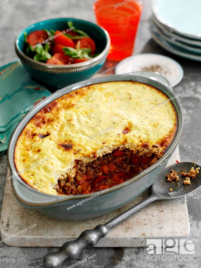 Stock Photo: Pie with mince, vegetables, chilli and mashed potatoes.