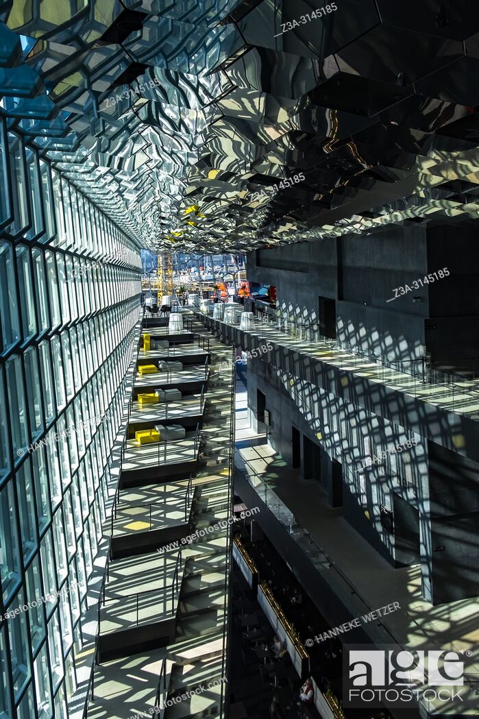 Imagen: Interior of the Harpa Concert Hall and Conference Centre in Reykjavic, Iceland.