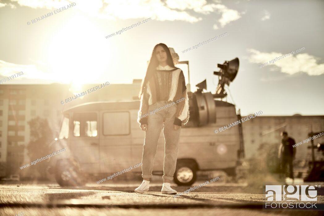 Photo de stock: woman in front of camper van, Blogger Emine Feruz Bayalan, in Munich, Germany.