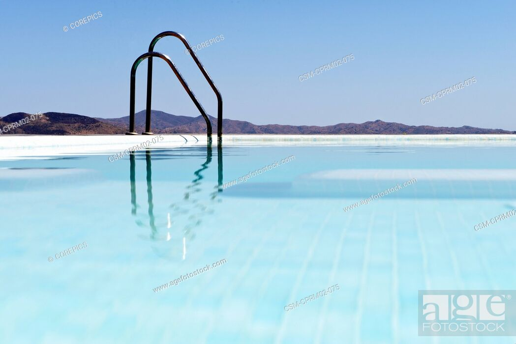 Photo de stock: Infinity pool overlooking the Andalucian mountains, near Malaga, Spain.