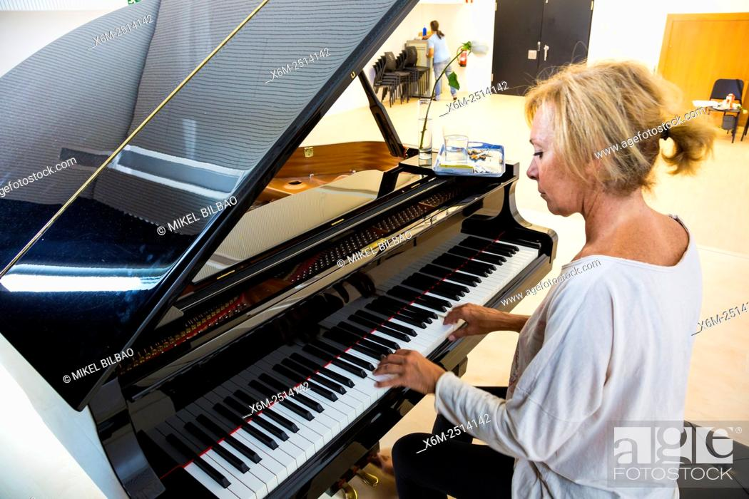 Imagen: Woman playing the piano.