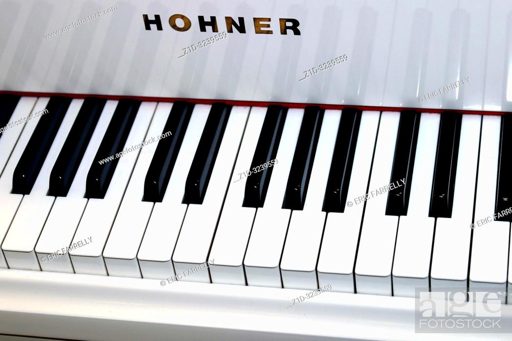 Imagen: piano keys on a hohner piano.