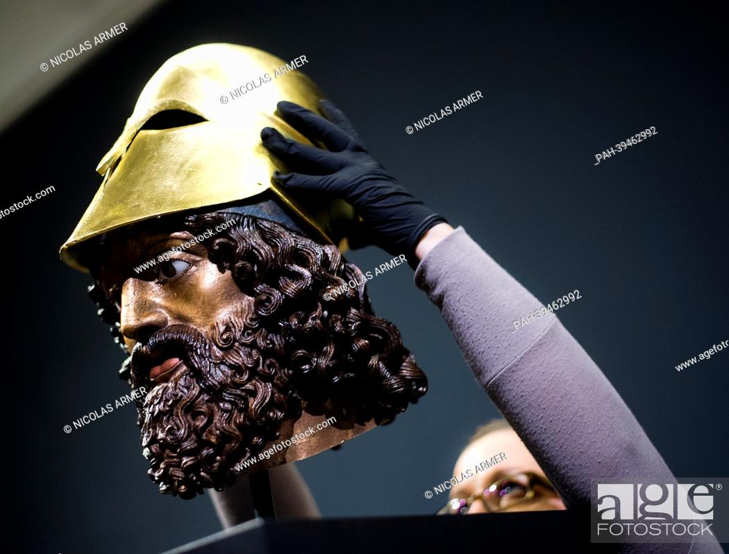 Imagen: The so-called Riace Head (a reconstrcution of Warrior A of the Riace bronzes) receives a gilded helmet at the exhibition 'Back to the Classics.