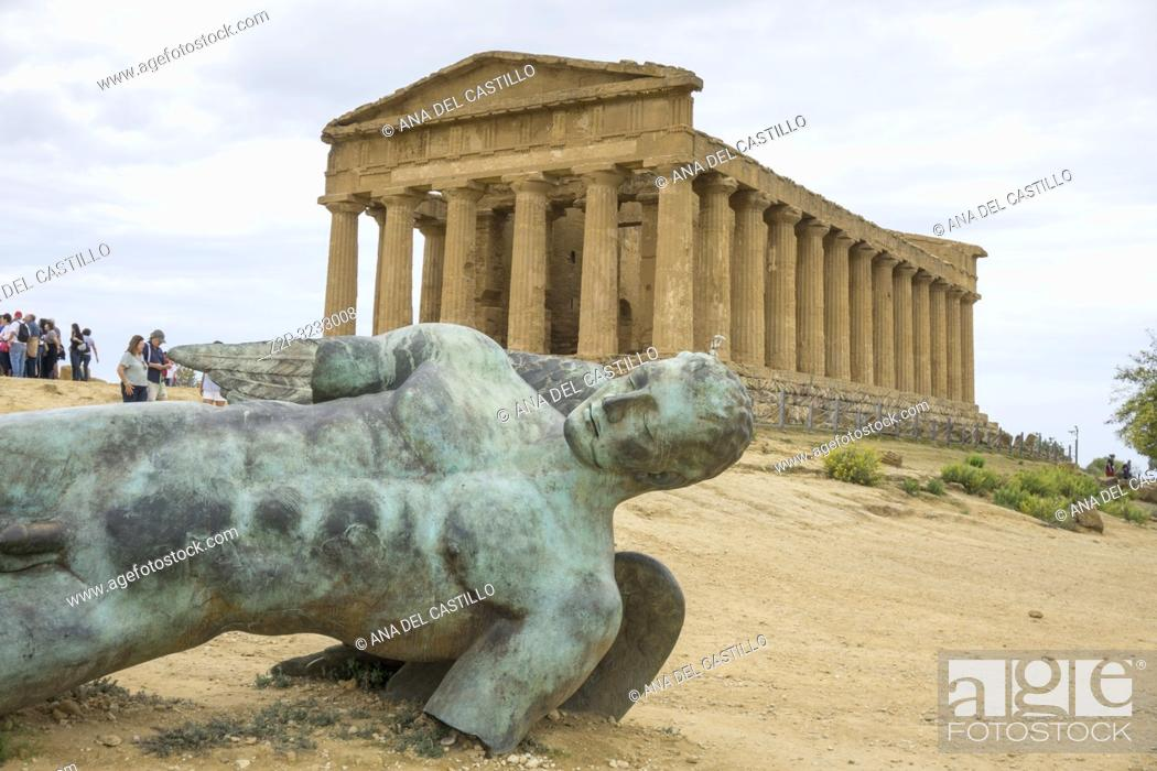 Imagen: Icarus in bronze at Greek Temple of Concord in the Valley of the Temples, Agrigento Sicily Italy on October 11, 2018.