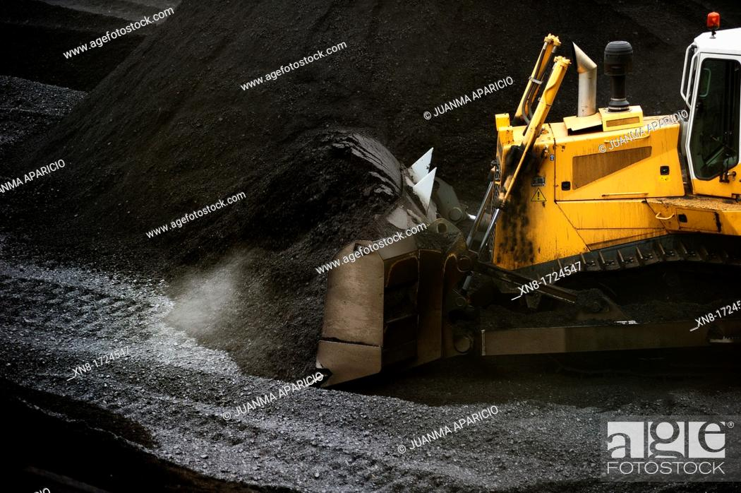 Imagen: Excavator removing coal in a thermal power station.