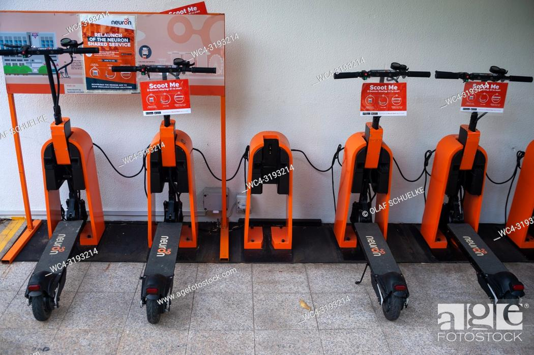 Imagen: Singapore, Republic of Singapore, Asia - Neuron E-scooters are being charged at a charging point in the city centre. They can be rented for a fee using an app.