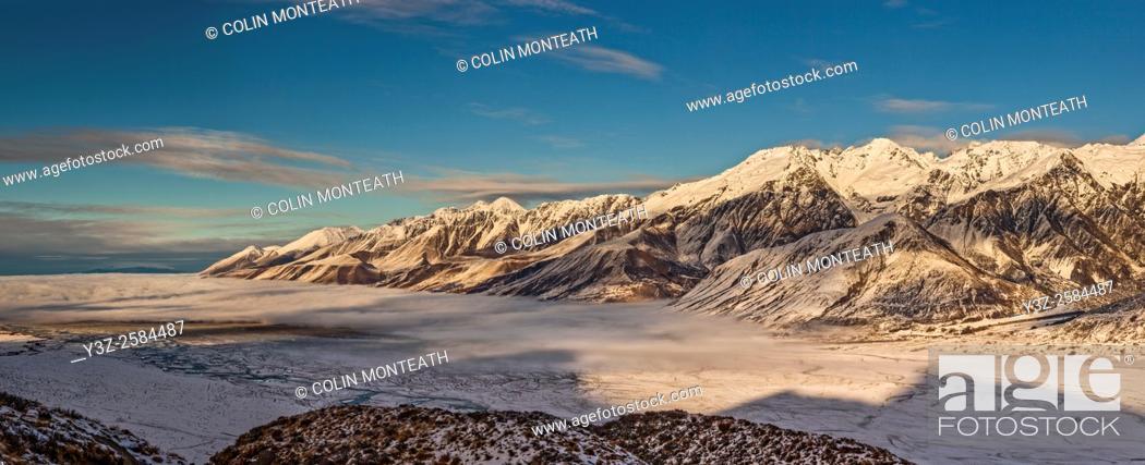 Imagen: Ben Ohau Range dawn panorama, cloud covers Lake Pukaki, from Burnett Mountains, edge of Aoraki / Mount Cook National Park, Canterbury.