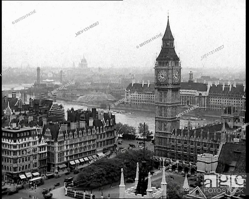 Photo de stock: A View of the Elizabeth Tower Containing Big Ben, with the River Thames and County Hall Beyond and St Paul's Visible in the Far Distance - London.