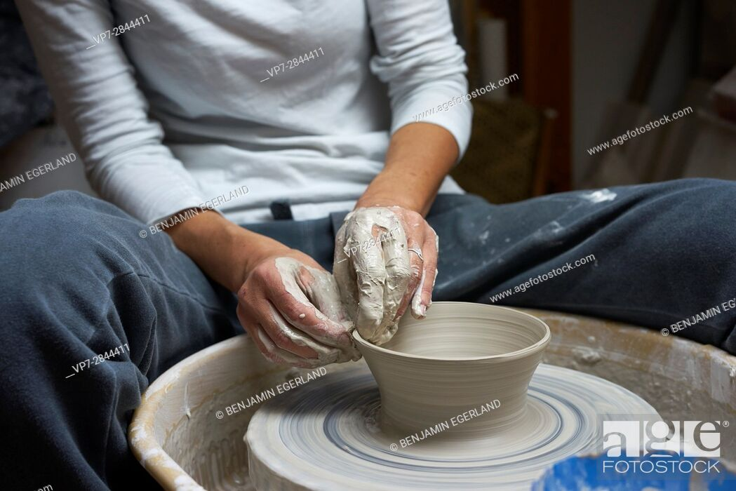 Imagen: hands of a fervent woman creating pottery.