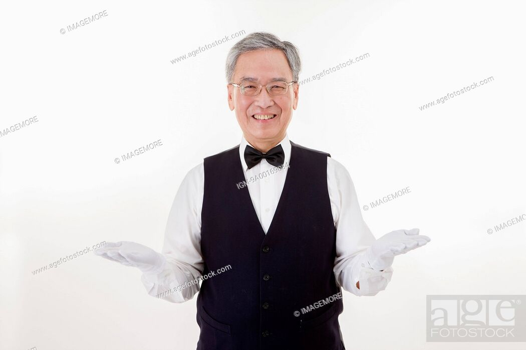 Imagen: Businessman smiling at the camera and gesturing.