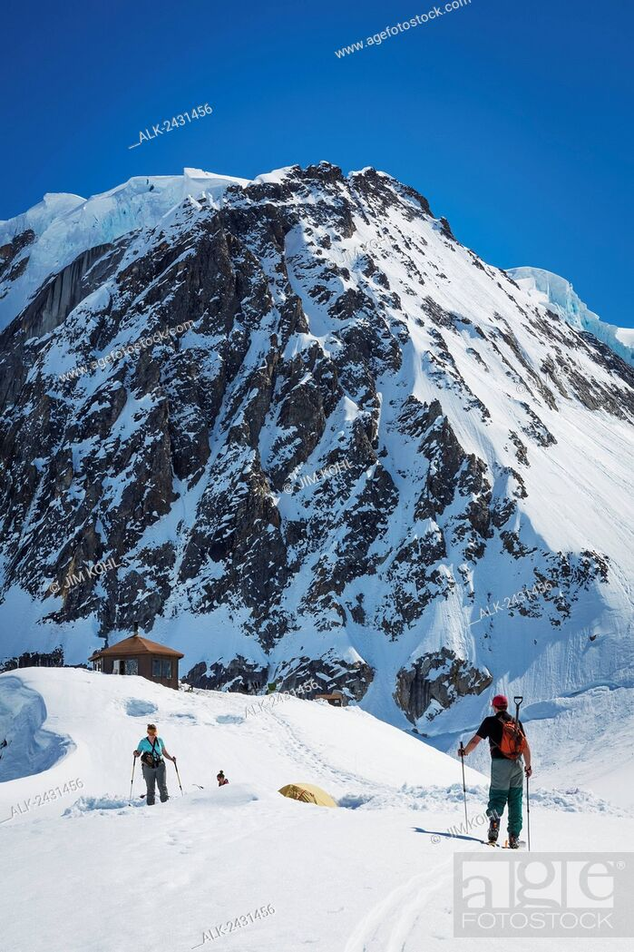 Imagen: A group of skiers on the Ruth Glacier below the Don Sheldon Mountain House in the Alaska Range, Interior Alaska, Summer.