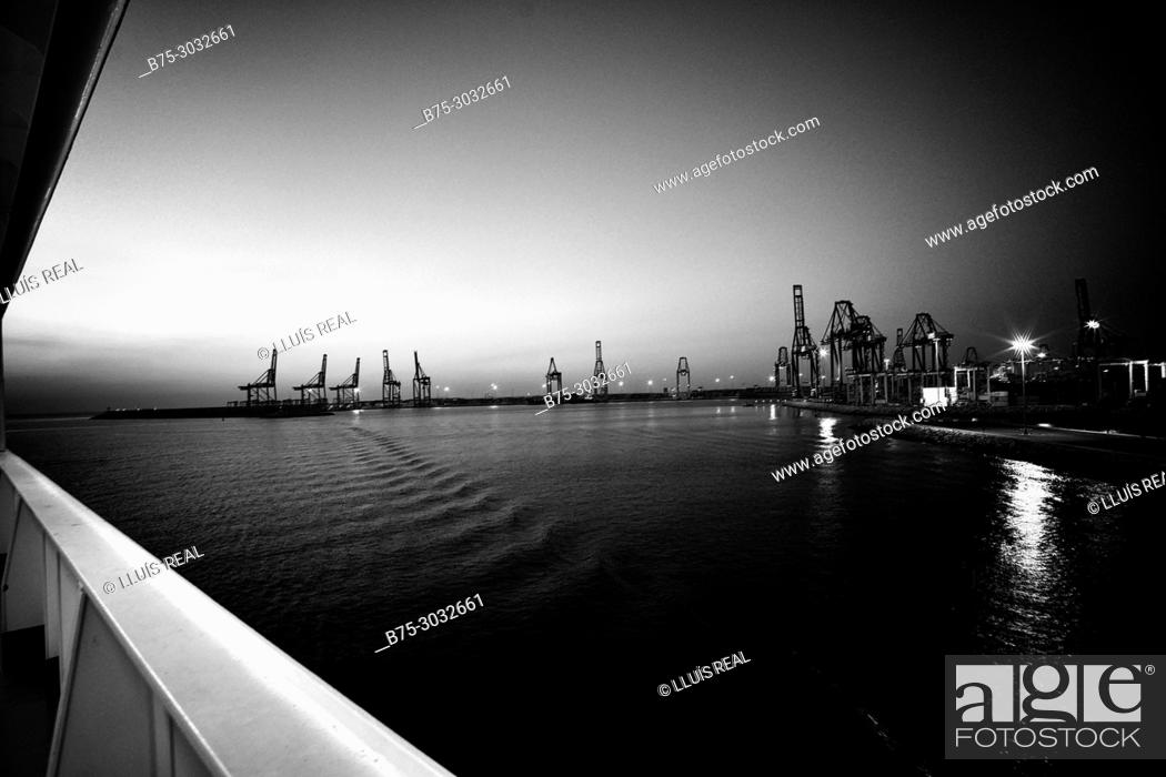 Imagen: Port seen from the deck of a ferry boat. Mediterranean Coast, Valencia, Spain.