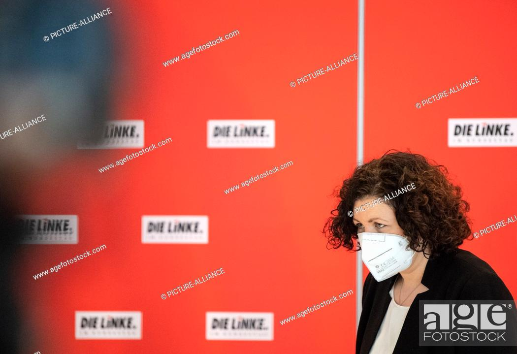 Imagen: 26 January 2021, Berlin: Amira Mohamed Ali (The Left) leaves the press statement at her party's digital caucus with her mouth covered.