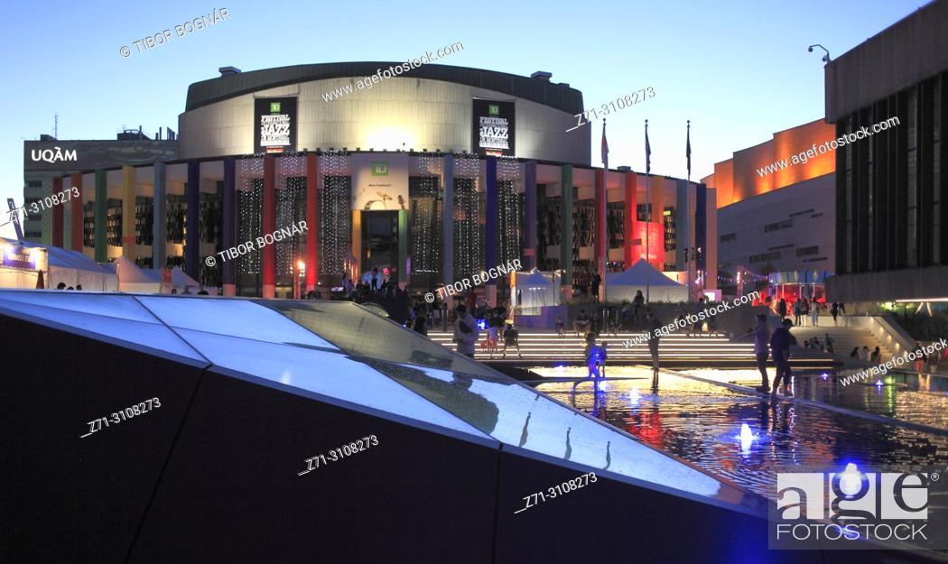 Photo de stock: Canada, Quebec, Montreal, Quartier des Spectacles, Place des Arts, Jazz Festival, people,.