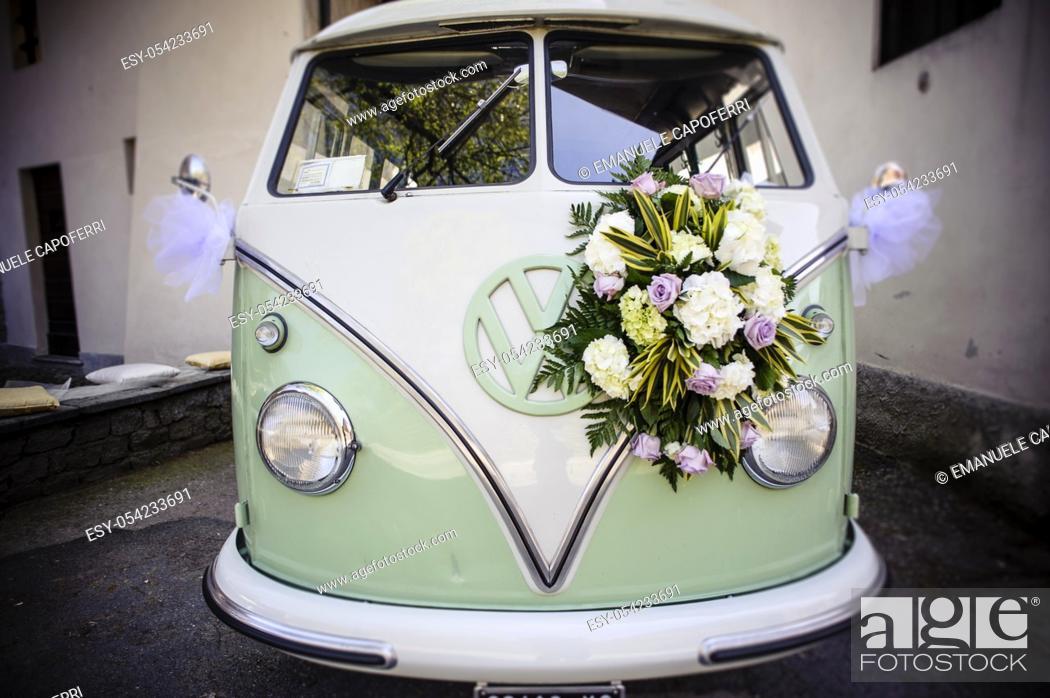 Imagen: Old Volkswagen bus with wedding flowers.