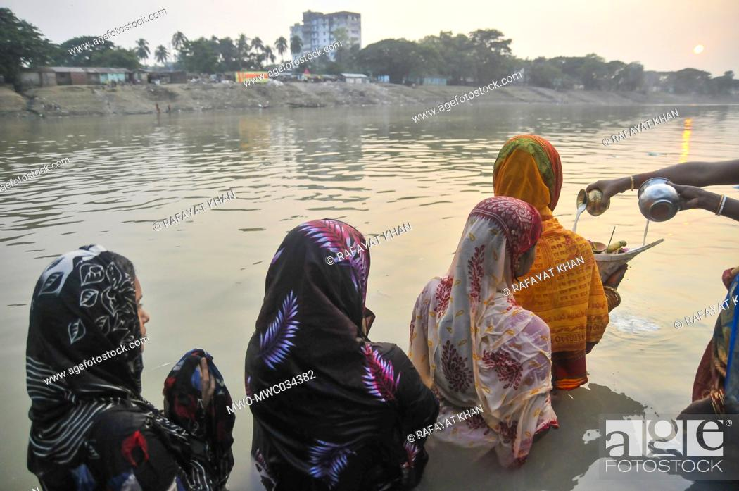 Imagen: The horizon community devotees observe the rituals of the Chhath Puja or Surjjo Puja in the bank of Surma River of Sylhet, Bangladesh.