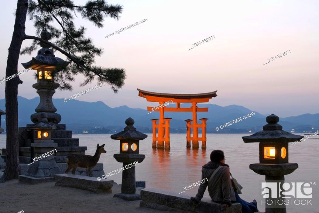 Stock Photo: Itsukushima shrine torii temple gate, miyajima island, near Hiroshima,Japan.