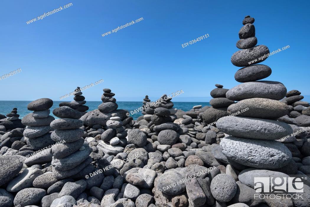 Imagen: Huge amount of zen stones piled in the beach, Puerto de la Cruz, Tenerife, Spain.