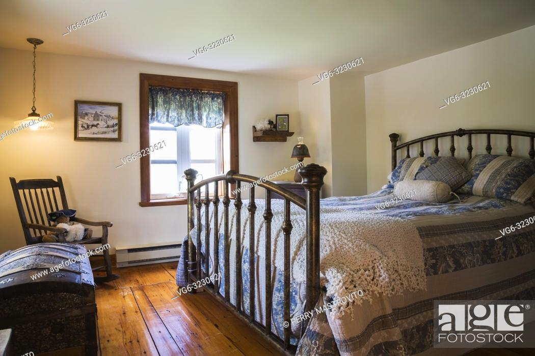 King Size Bed With Antique Wrought Iron Headboard And Footboard Foto De Stock Imagen Derechos Protegidos Pic Vg6 3230621 Agefotostock