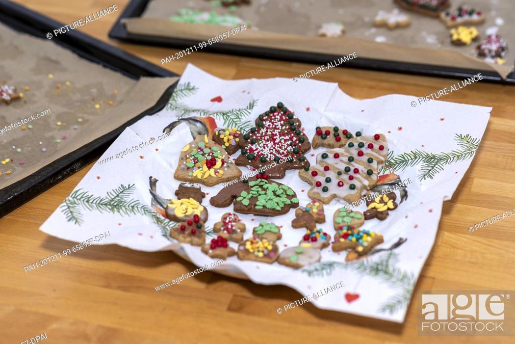 Stock Photo: 10 December 2020, Saxony-Anhalt, Magdeburg: Homemade Christmas cookies lie on a plate. Photo: Stephan Schulz/dpa-Zentralbild/ZB.