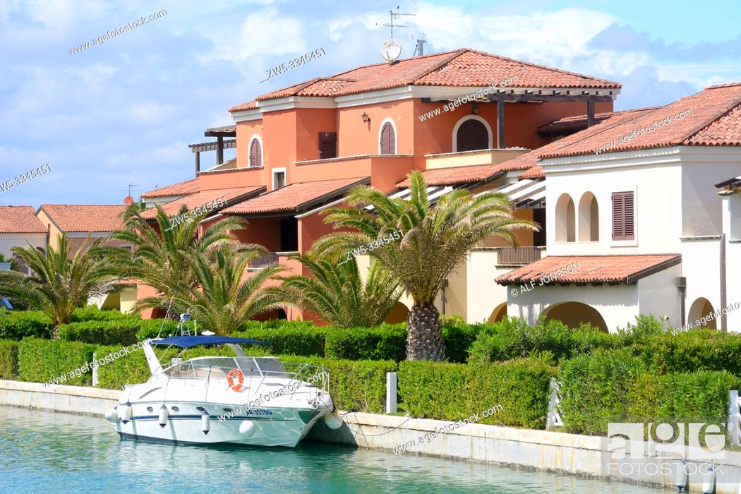 Imagen: Motor yacht at houses and palm trees in Lido di Policoro, Basilicata, Italy, Mediterranean Sea, Europe.