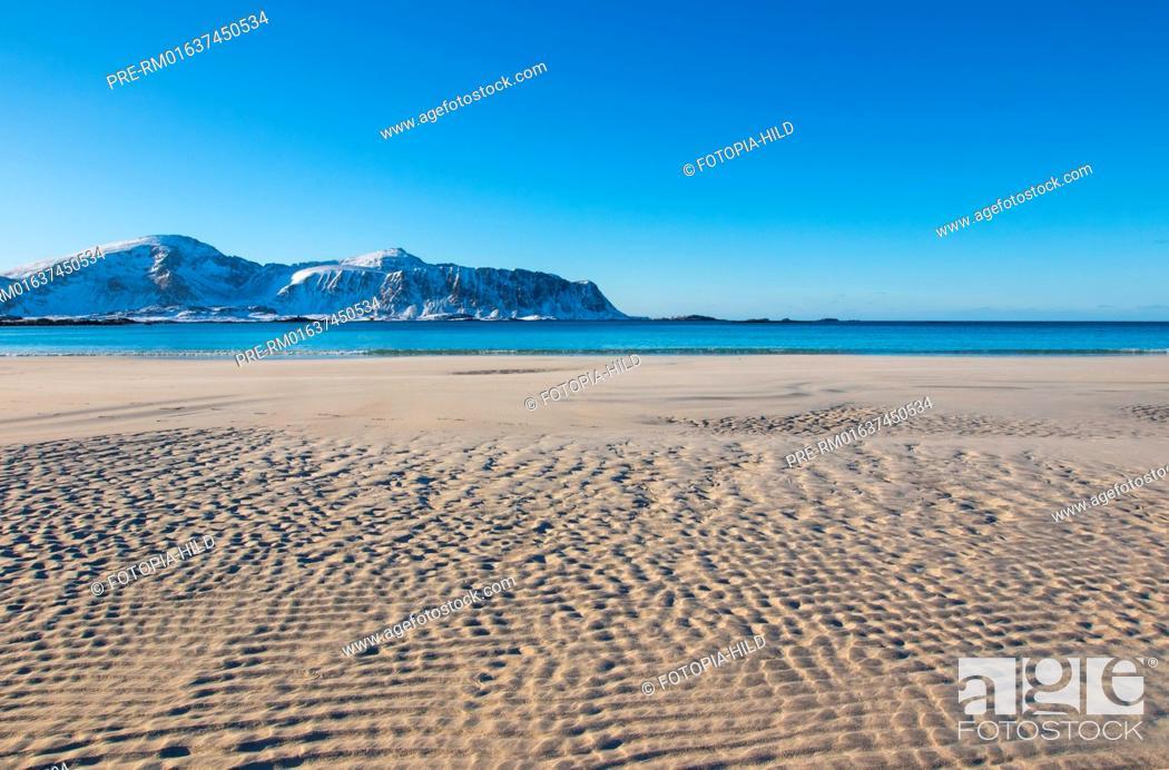 Imagen: Sandy beach at Ramberg, Flakstad, Flagstadøya, Lofoten, Nordland, Norway, March 2017, Looking to the Mulstøtinden on Moskenesøya / Sandstrand in Ramberg.