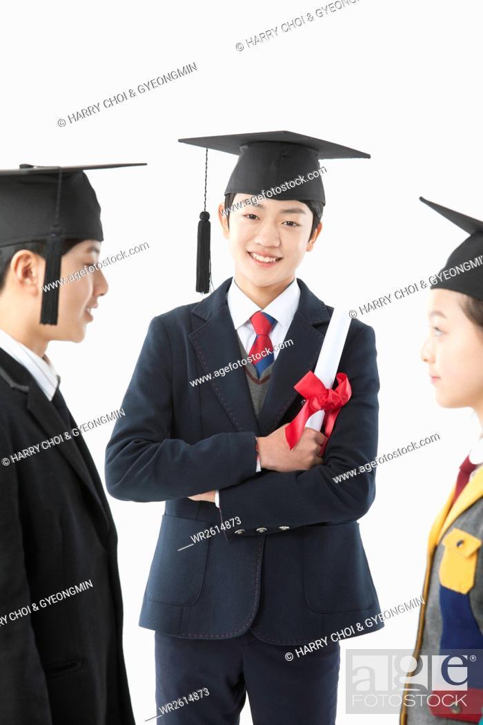 Imagen: Smiling middle school graduates.
