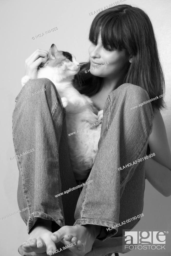 Imagen: Portrait of young woman with cat.