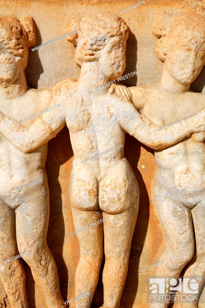 Imagen: Sculpture of the Three Graces at the Roman theatre at Sabratha, Libya.