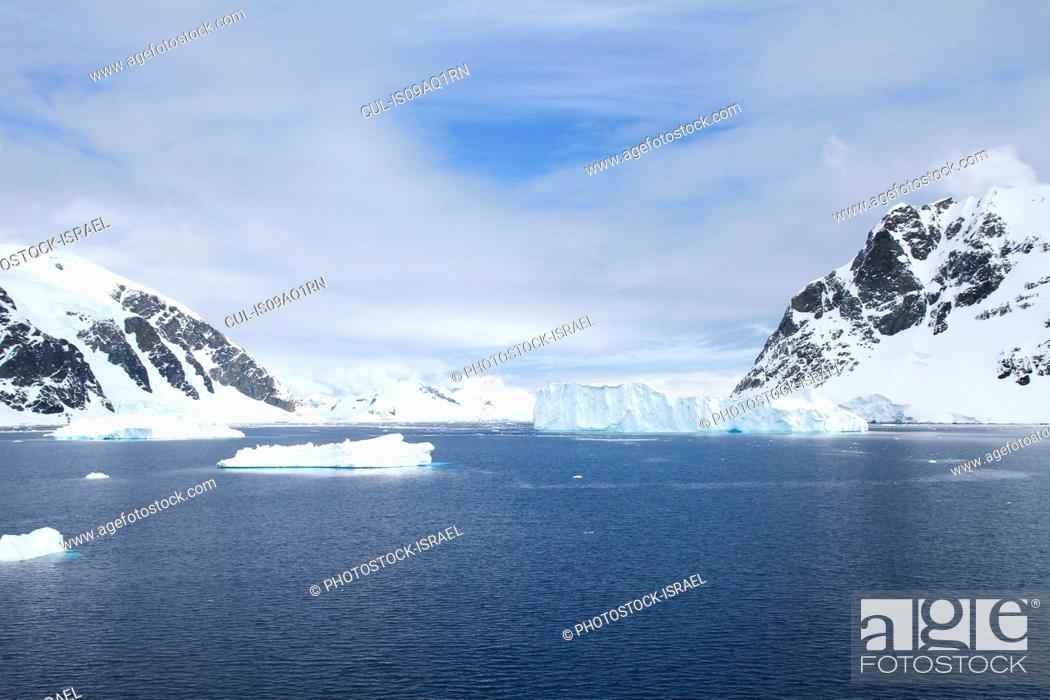 Imagen: View of icebergs and mountains, Neko Harbor, Andvord Bay, Antarctica.