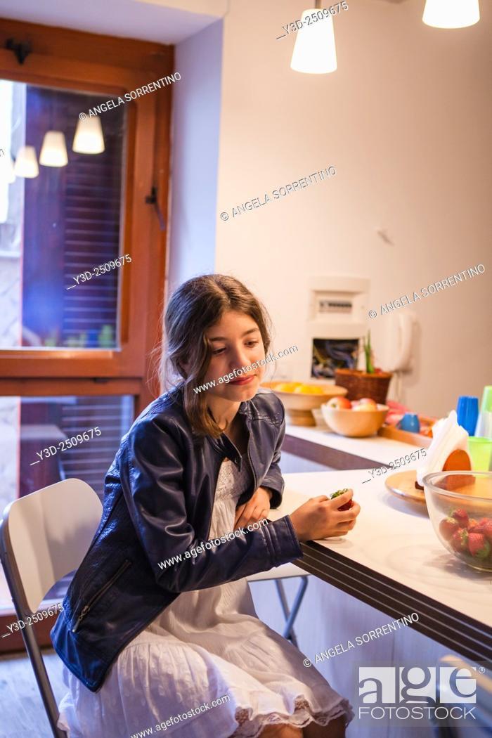 Imagen: Pensive Girl in the Kitchen.