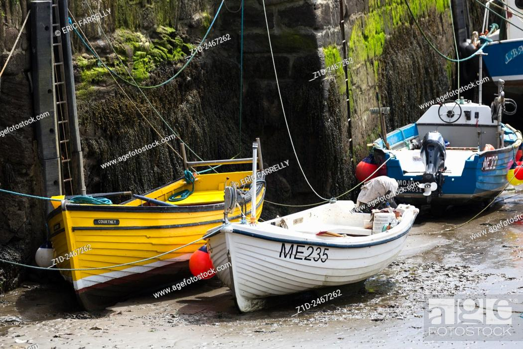 Imagen: Fishing boats tied up Gourdon Harbour Scotland UK.