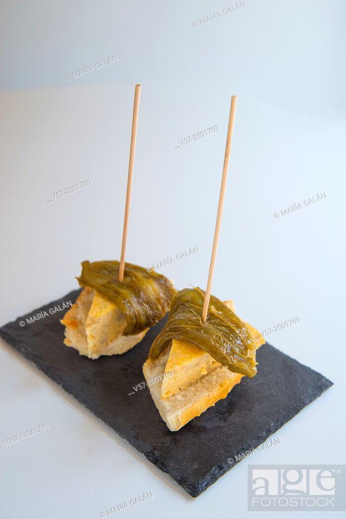 Imagen: Spanish tapa: Spanish omelet with green pepper on toast.