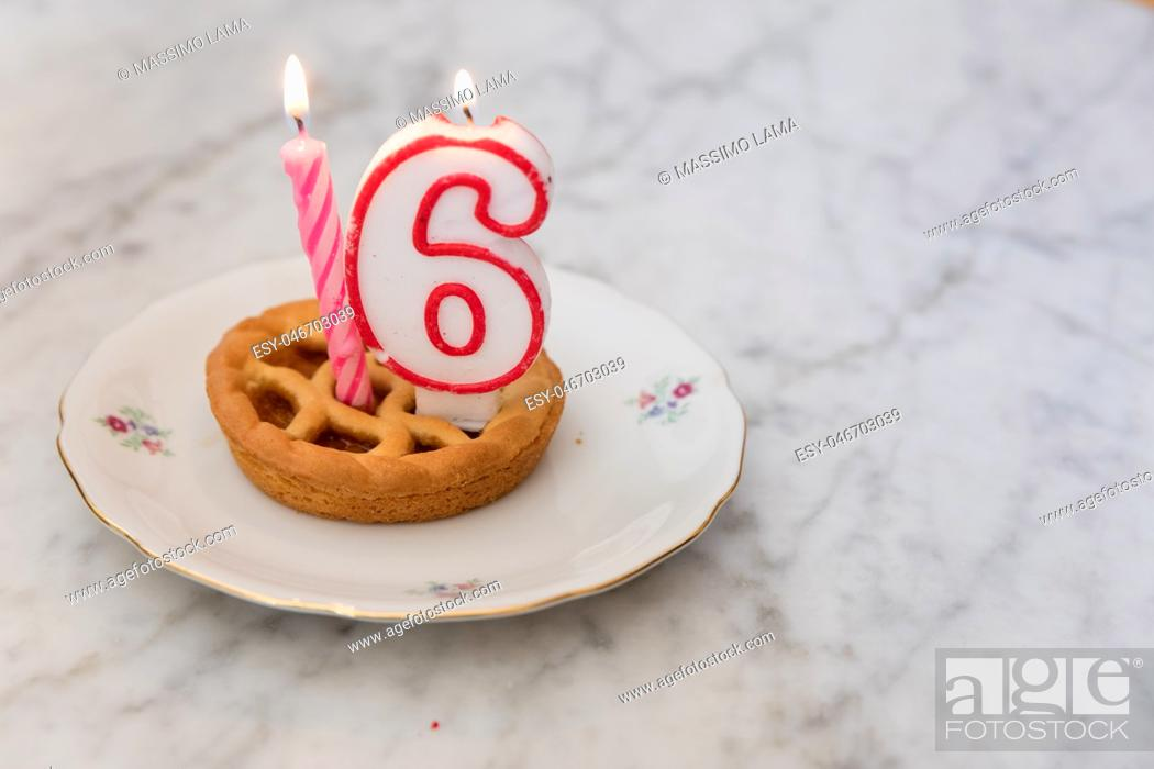 Imagen: Birthday tart with 16 candles on background.