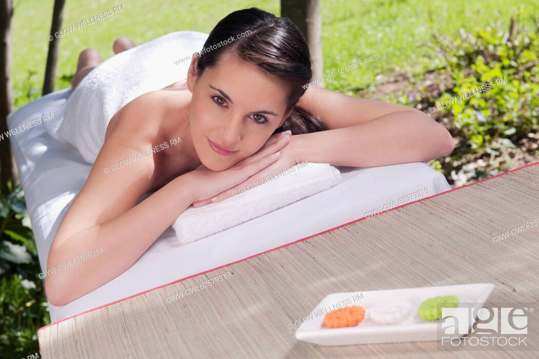 Imagen: Woman lying on a massage table.