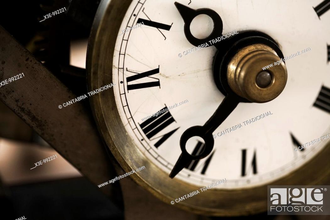 Stock Photo: Detalle de las manecillas de un reloj.