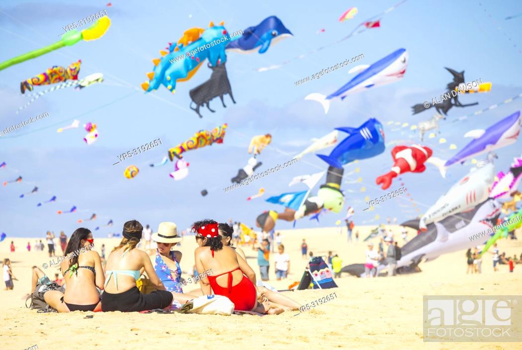 Imagen: Fuerteventura, Canary Islands, Spain. 10th November 2018. Hundreds of kites flying on El Burro beach dunes near Corralejo at the 2018 Internationa Kite festival.