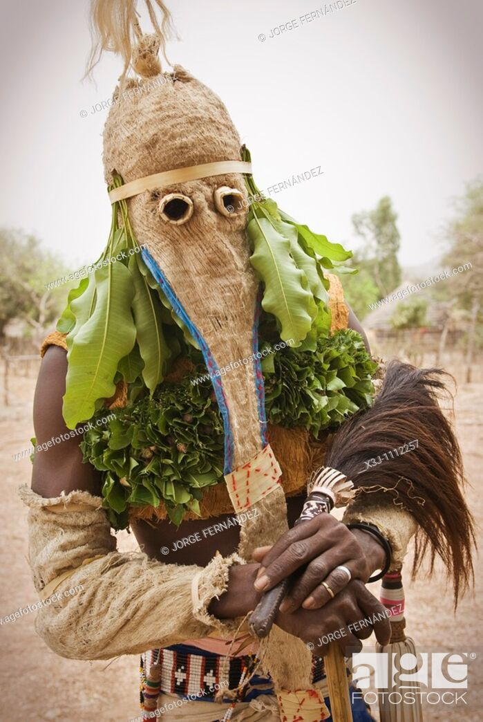 Imagen: Bassari celebration with dancers on traditional clothes, Ethiolo village, Bassari country, Senegal, Africa.