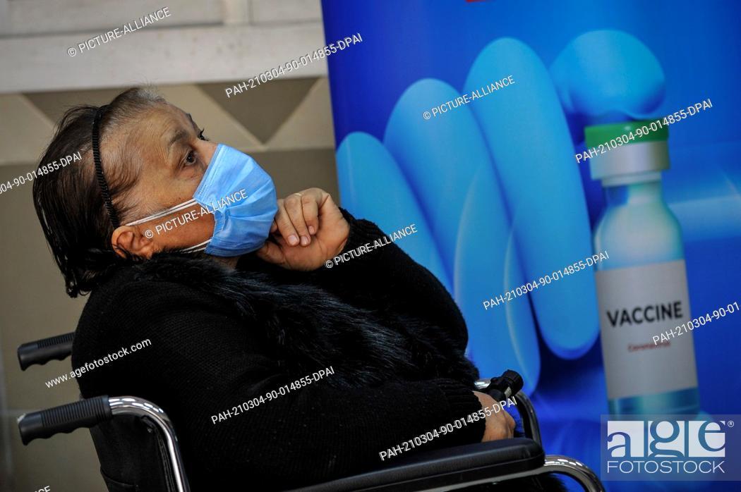 Imagen: 04 March 2021, Egypt, Cairo: An elderly woman waits to receive AstraZeneca's COVID-19 vaccine at Qattameya's Medical center.