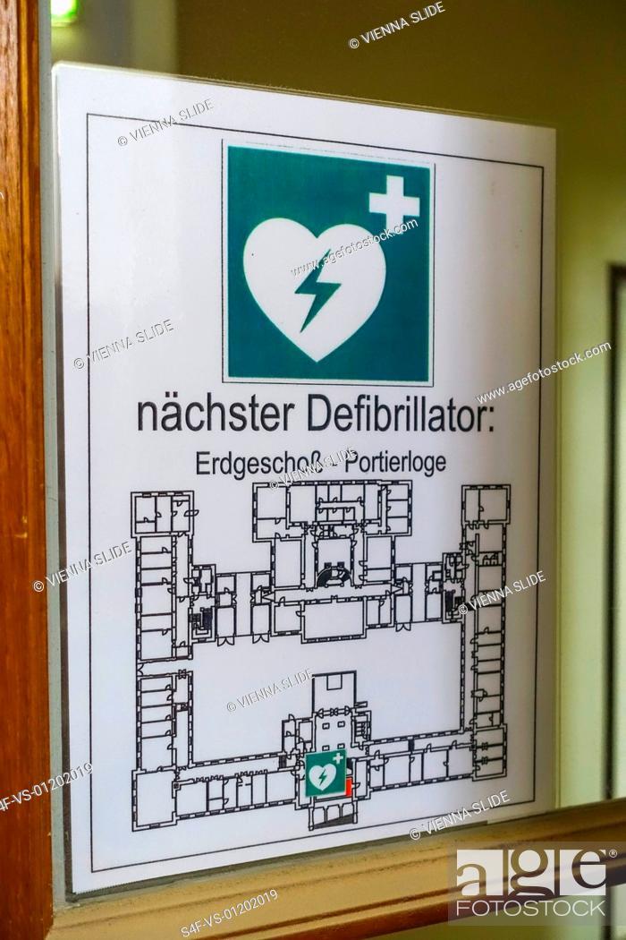 Stock Photo: Schild für den nächsten Defibrillator.