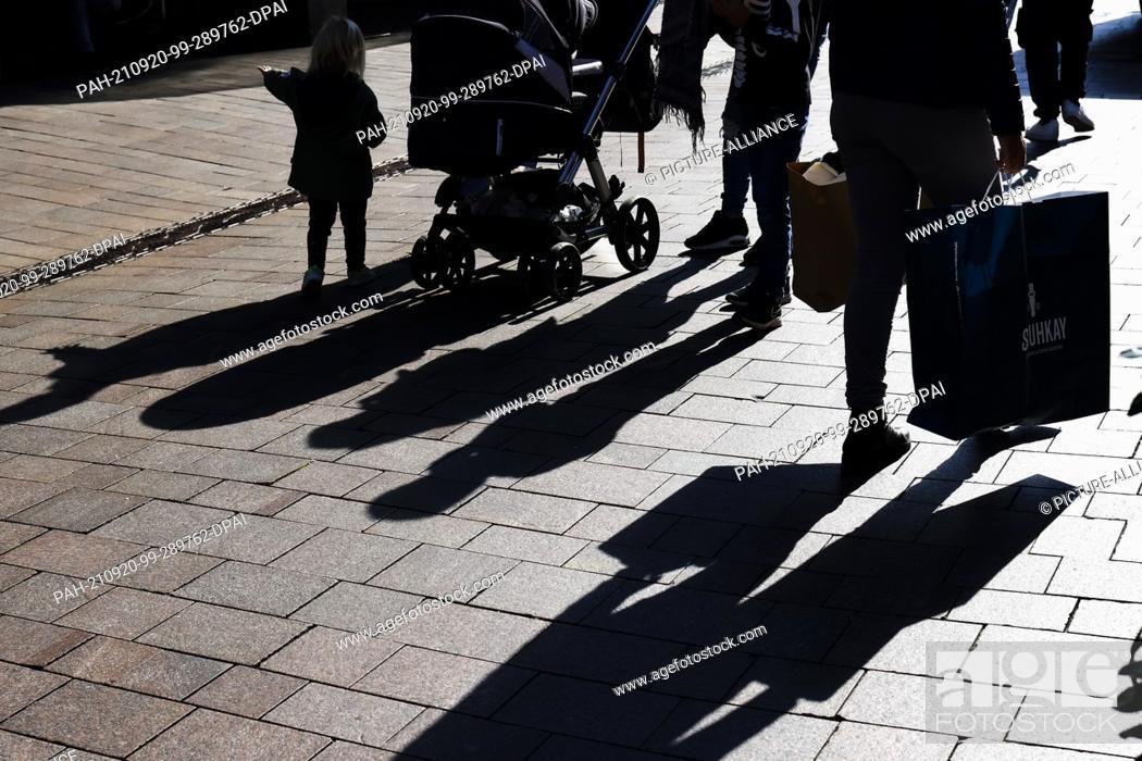 Imagen: 20 September 2021, Schleswig-Holstein, Flensburg: People walk through Flensburg's city centre with shopping bags. Since September 20, 2021.