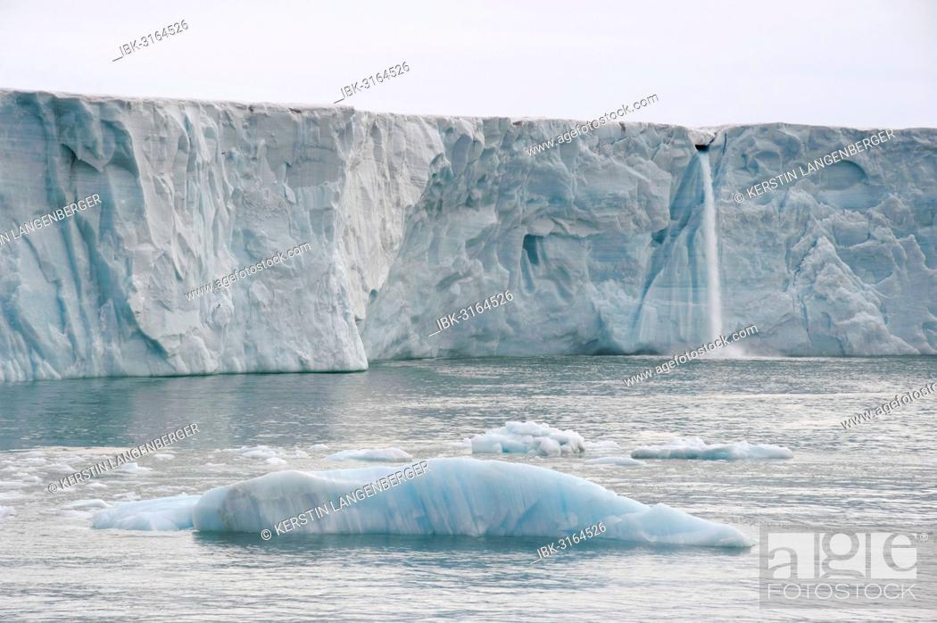 Photo de stock: Waterfall of meltwater at the glacier front of Bråsvellbreen, the longest glacier front in the northern hemisphere, Austfonna, Nordaustlandet.