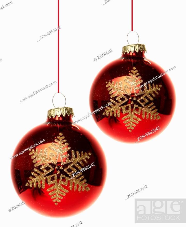 Rote Christbaumkugeln.Rote Christbaumkugeln Mit Weihnachtsstern Hangend Isoliert