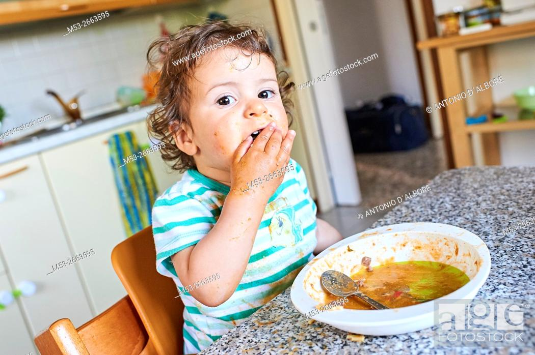 Imagen: A sixteen months old baby girl learning to eat.