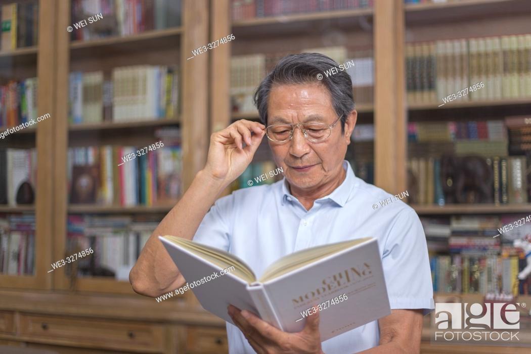 Imagen: Elderly man reading book.