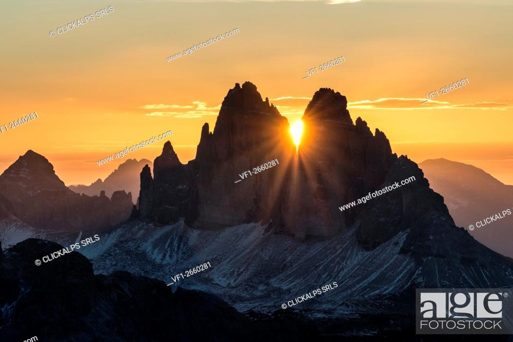 Photo de stock: Picco di Vallandro, Prato Piazza, Dolomites, South Tyrol, Italy. The sun rises exactly in between the crags of the Tre Cime di Lavaredo.
