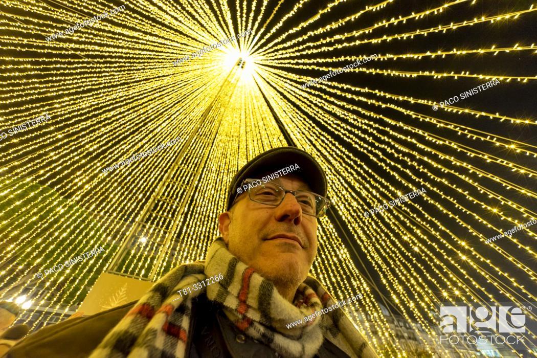 Imagen: Man under christmas lights. Portugal.