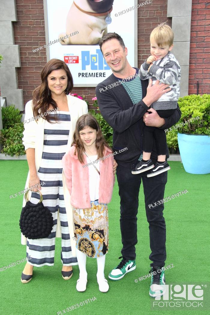 """Imagen: Tiffani Thiessen, Brady Smith and children Holt Fisher Smith and Harper Renn Smith at the Universal Pictures Premiere of """"""""The Secret Life Of Pets 2""""""""."""